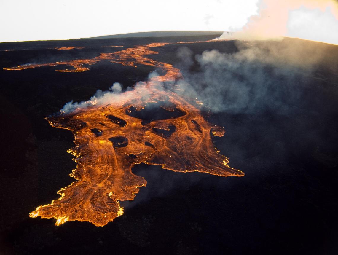 mauna loa erupts